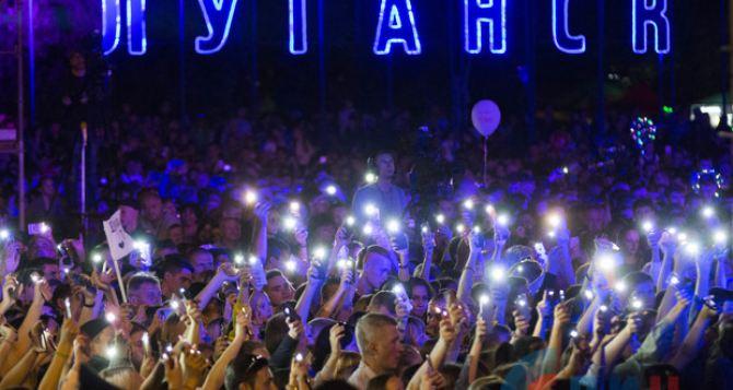 Более 18 тысяч луганчан пришли посмотреть на салют в честь Дня Города. Видео. ФОТО