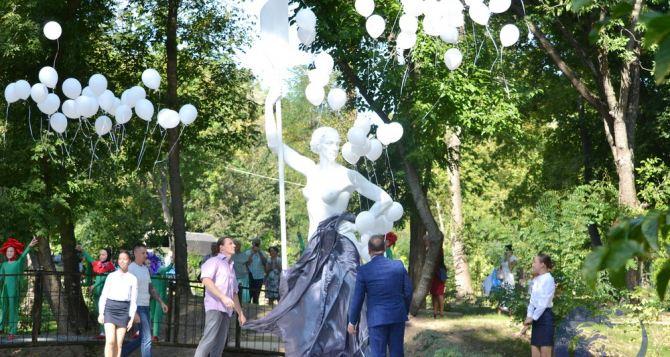 «Девушку с веслом» открыли в луганском Парке Горького. Но не такую как обещали