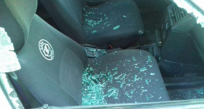 В Лутугино ночью группа пьяных подростков разгромила автомобиль местного жителя