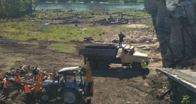 Стало известно, что под разрушенным мостом в Станице Луганской делали сегодня украинские рабочие