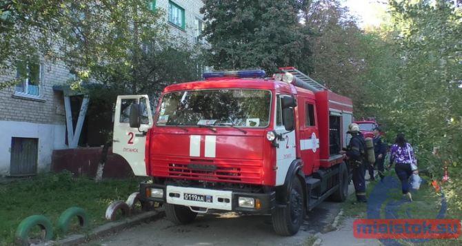 В Луганске при пожаре в многоквартирном доме на Рислянда спасли мужчину. ФОТО