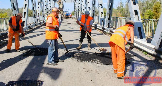Завершена укладка асфальта на мосту у Станицы Луганской