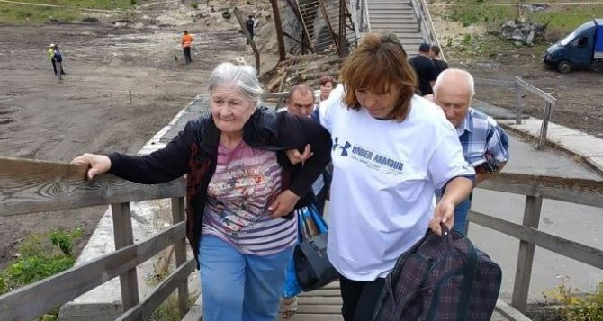 Со вчерашнего дня на деревянных лестницах «провала» моста в Станице начала работать группа помощи. ФОТО