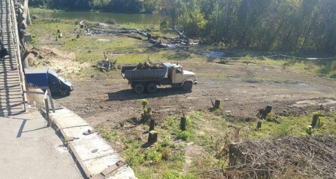 На КПВВ «Станица Луганская» начали работы по строительству временного моста. Открыть его обещают 11октября. ВИДЕО