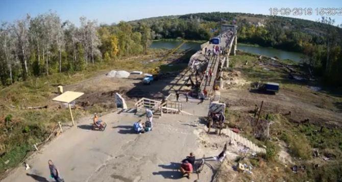За ремонтом моста в Станице Луганской можно теперь наблюдать онлайн. ВИДЕО