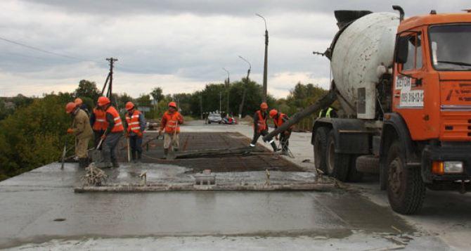 Мост в Сватово через реку Красная откроют 15октября. Обещают что без ремонта мост простоит до 2119 года