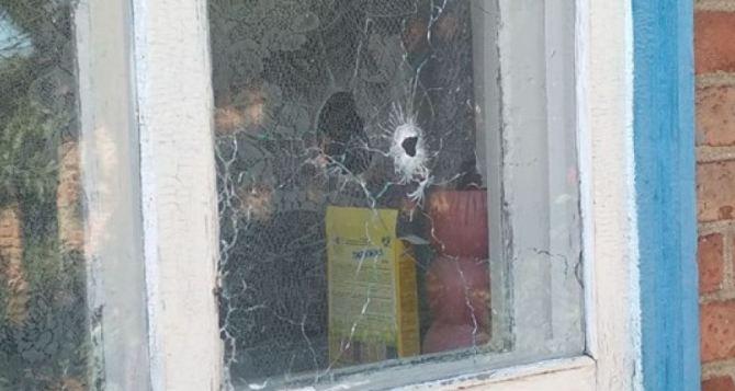 Под обстрел попал пригород Луганска сегодня днем. В 15 часов обстреляли район Красного яра