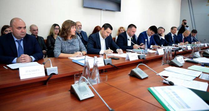 Губернатор Луганщины впервые встретился с нардепами от Луганской области