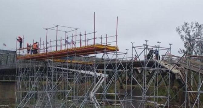 Под разрушенной частью моста в Станице продолжаются работы. Рядом собирают временный мост. ФОТО