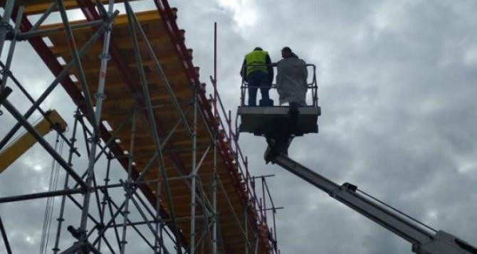 Губернатор Луганщины лично опробовал на крепость деревянный настил временного обходного моста в Станицы. ФОТО