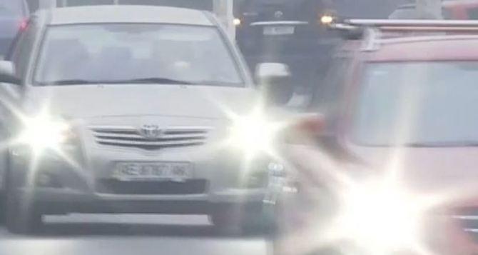 С 1октября в Украине нужно ездить с включенным светом: нарушителям грозит штраф