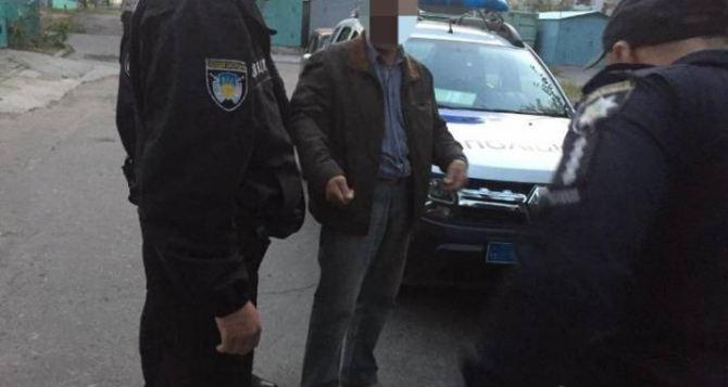 Житель Лисичанска угрожал пистолетом продавщице магазина из-за несогласия с ассортиментом товаров