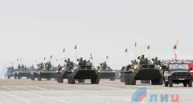 Военный парад и показательные выступления подразделений прошли сегодня под Луганском. ФОТО