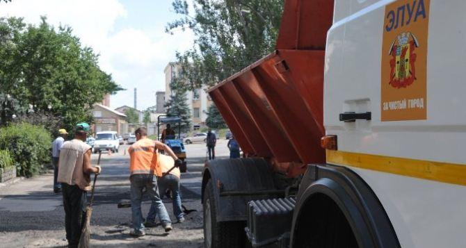 Дорожники проводят работы в Жовтневом районе Луганска