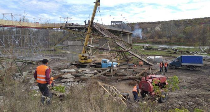 В Станице Луганской столкнулись с трудностями при демонтаже разрушенной части моста