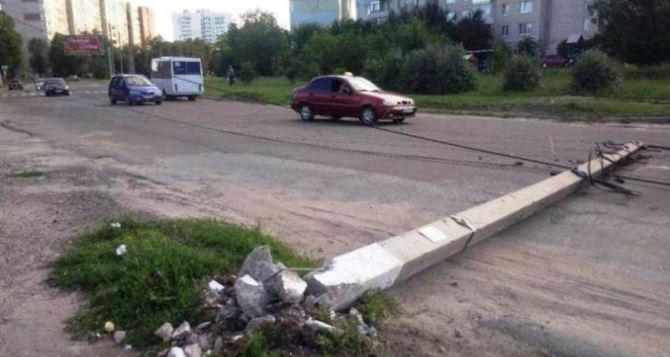 В Луганске пьяный водитель сбил опору ЛЭП и оставил всю Малую Вергунку без света
