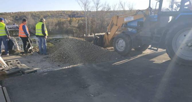 Сегодня работы непосредственно по восстановлению разрушенного моста у Станицы Луганской не проводились