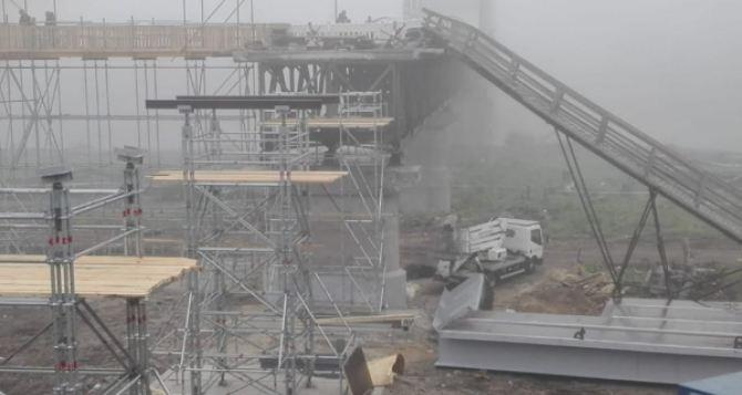 В Станице Луганской продолжаются работы по восстановлению моста. Началась важная фаза строительства. ФОТО