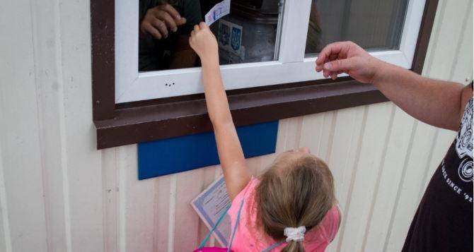 Новый Порядок пересечения КПВВ вступит в силу завтра. Переход с детьми лучше отложить, иначе будут проблемы