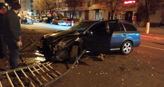 В Луганске по улице Советской автомобиль разворотил разделительную ограду и вылетел на встречку. ФОТО