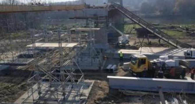 Восстановительные работы на мосту в Станице Луганской продолжались даже в темное время суток