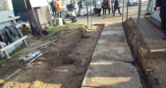 На КПВВ «Станица Луганская» строят вторую полосу для прохождения, чтобы уменьшить очреди. ФОТО