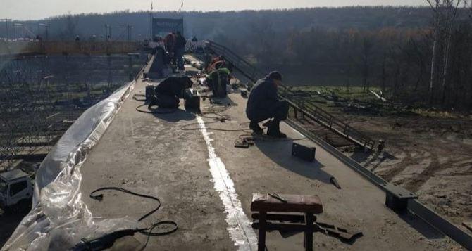 На восстановленном мосту в Станице Луганской устанавливают перила
