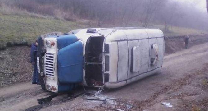 В Ровеньках перевернулся автобус с рабочими, много пострадавших. Фото