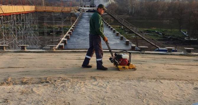 Мост в Станице Луганской бетонируют и готовятся асфальтировать. Фото