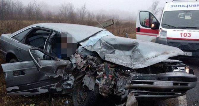 У моста между Северодонецком и Рубежным, легковушка лоб в лоб летела в грузовик. Трое пострадавших. ФОТО