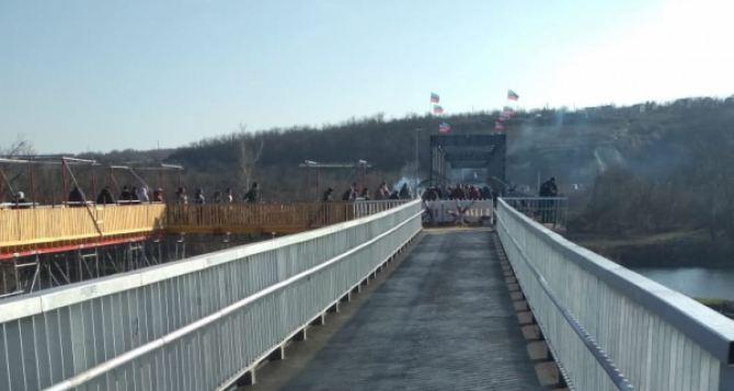 Восстановление моста в Станице Луганской официально объявили завершенным. Зеленский прибыл его открыть