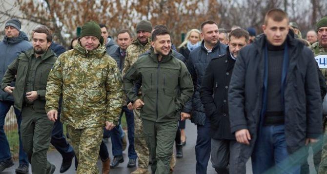 Губернатор пообещал Зеленскому, что через три месяца 15 семей переселенцев получат квартиры в Луганской области