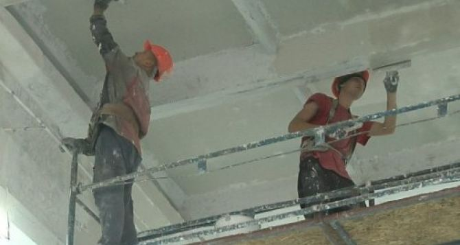Строители продолжают ремонт спортпомещения луганской академии «Заря»