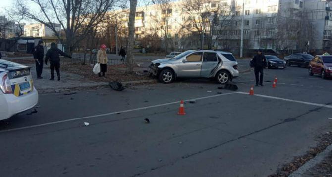 В Северодонецке пьяный водитель на внедорожнике снес светофор и дерево. ФОТО