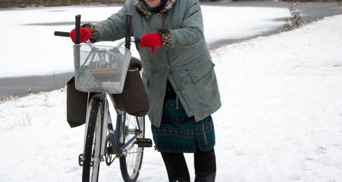 Социальных работников в Кременной пересадили на велосипеды. Ничего, что зима близко