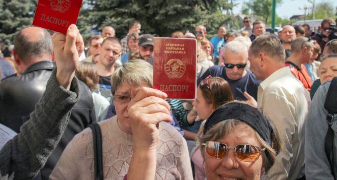 В Луганске заявили, что почти 50 тысяч жителей получили паспортаРФ