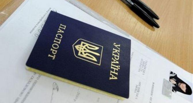 Обмен украинского паспорта и вклеивание фото: Как проходит идентификация жителей Луганска