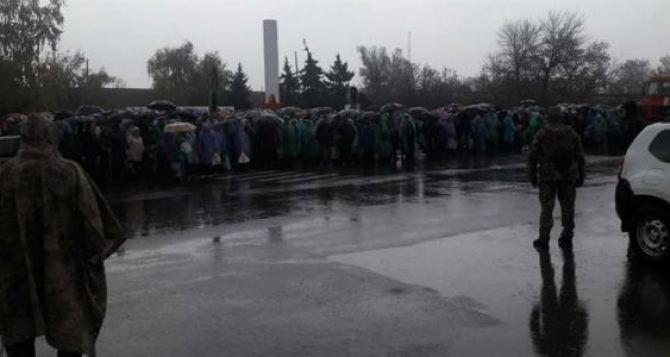 В ОБСЕ отметили, что на КПВВ «Станица Луганская» при очереди более чем в 1 тысячу человек,  не все кабинки для проверки были открыты