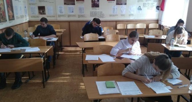 Учащиеся луганских школ написали итоговое сочинение