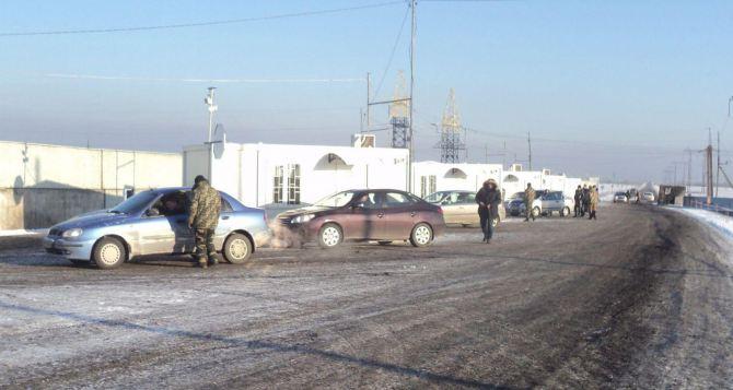 За прошедшие сутки увеличился пассажиропоток на КПВВ в Донбассе, но машин стало меньше