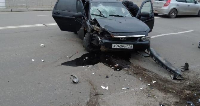 В Луганске у торгового центра автомобиль влетел в столб