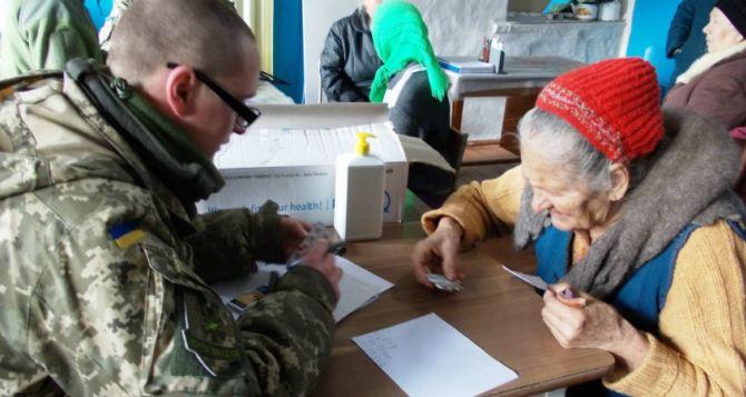 Военные медики помогают мирным жителям на Луганщине