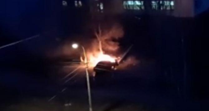 На востоке Луганска ночью сгорел легковой автомобиль. ФОТО