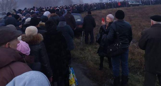 Вчера, из-за испытаний на прочность моста у Станицы Луганской, на КПВВ скопились огромные очереди. ФОТО