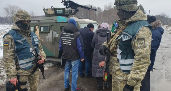 Пограничники задержали восемь пенсионеров