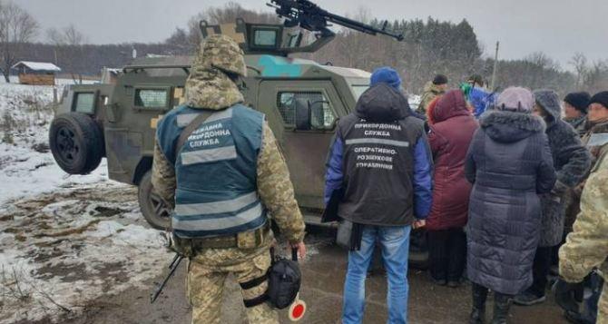 Жители Кировска нелегально переплыли Северский Донец и отправились в Сватово за пенсией. ФОТО