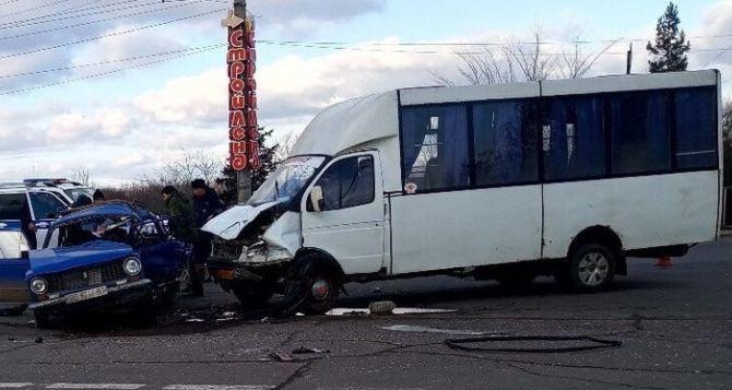Появились фото с места смертельного ДТП в Луганске