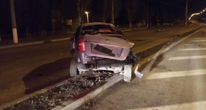 В Луганске во время комендантского часа произошло ДТП: автомобиль всмятку
