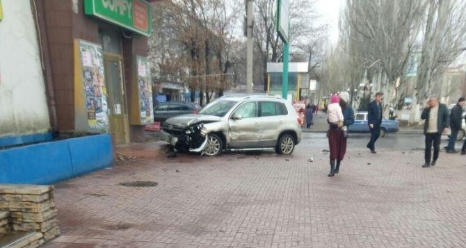 В районе «Авангарда» в результате ДТП автомобиль вылетел с дороги и ударился в крыльцо магазина. ФОТО