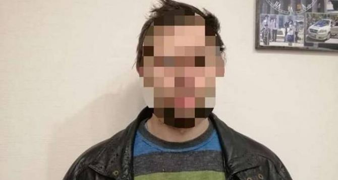В Северодонецке задержан мужчина, разбивший стеллу с гербом и флагом Украины